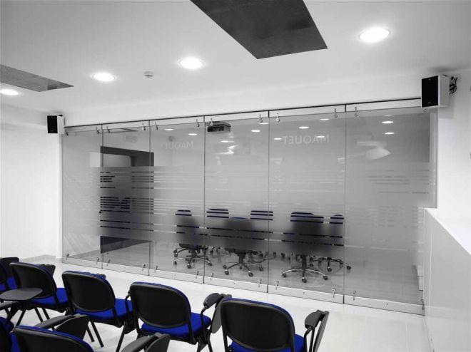 tabique-de-vidrio-en-oficinas-02