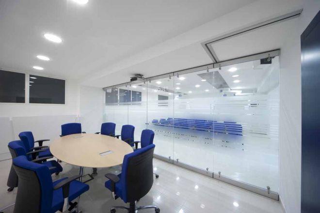 tabique-de-vidrio-en-oficinas-08